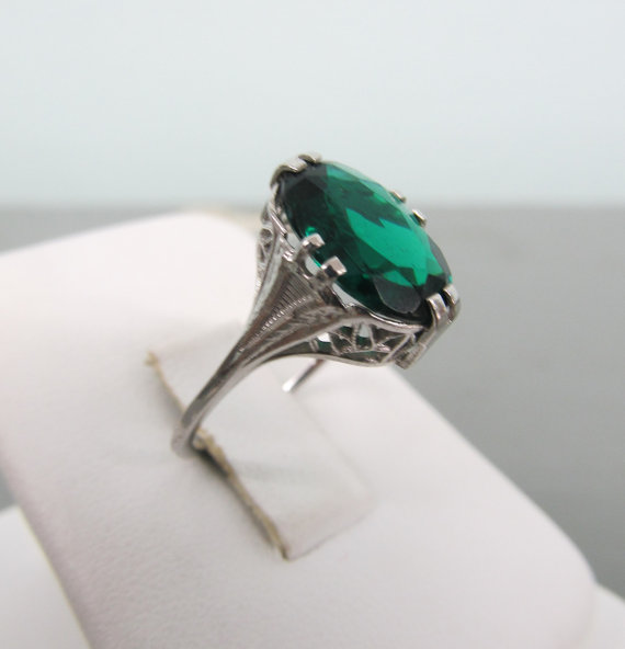 Art Emerald Engagement Ring Decoration